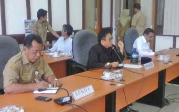 Ketua DPRD Seruyan (tengah) Ahmad Ruswandi memimpin RDP antara pihak PT Mitra Karya Agro Indo dan PT Adi Tunggal Maha Jaya bersama karyawan.