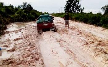 Sebuah mobil kesulitan saat melintas di Jalan Pangkalan Bun - Kotawaringin Lama.