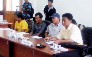 Kepala Serikat Pekerja dari PT Mitra Karya Agro Indo, Sukono (baju kuning) bersama tiga perwakilan karyawan lainnya saat menghadiri hearing soal pemecatan karyawan Sinar Mas Group, Senin (27/2/2017).