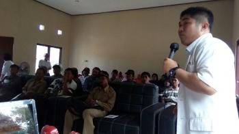 Dokter Andri Yogi Putra menjelaskan manfaat program JKN-KIS kepada tokoh masyarakat dan aparat desa.