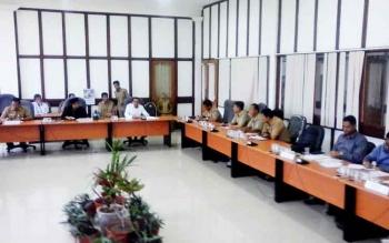 Suasana saat hearing antara pihak karyawan PT. Mitra Karya Agro Indo dan PT. Adi Tunggal Maha Jaya dengan pihak manajeman perusahaan dari Group Sinar Mas, Senin (27/2/2017).