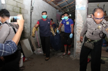 Aparat kepolisian dan PMI membawa janazah Yuni keluar dari kamar barak sewaan korban, Senin (27/2/2017).