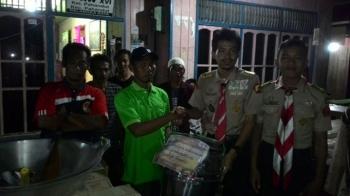 Ketua RT 03, Kelurahan Pahandut, Murjani, menerima bantuan secara simbolis dari gabungan anggota Pramuka Palangka Raya, Senin (27/2/2017) malam.