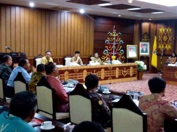 Gubernur Sugianto memimpin Rapat Koordinasi Pemanfaatan dan Fungsi Strategis Kepelabuhanan di Kalteng di Aula Eka Hapakat Kantor Gubernur, Senin (27/2/2017) malam.