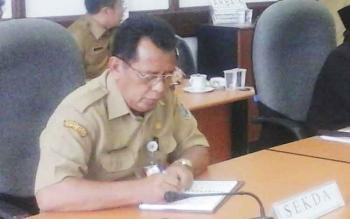Sekretaris Daerah Kabupaten Seruyan, Haryono saat mengikuti hearing masalah karyawan dua perusahaan Sinar Mas Gruop, di DPRD Seruyan, di Kuala Pembuang, Senin (27/2/2017)