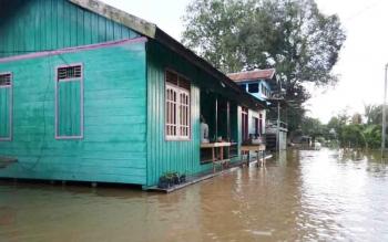 Rumah warga Desa Nangmoa, Kecamatan Arut Selatan terendam banjir. Kapolsek Arut Selatan Iptu Mujiyo meminta masyarakat waspadai kejahatan pencurian terhadap rumah yang dikosongkan saat banjir serta harus mewaspadai arus listrik PLN.
