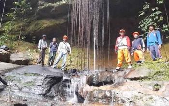 Pegawai Dinas Kehutanan dan Pertanahan Kabupaten Gunung Mas ketika melakukan survei di kawasan Tahura \\\