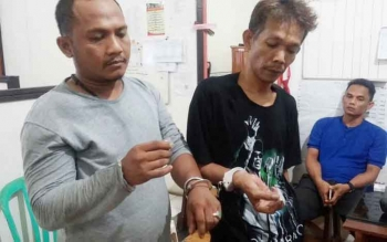 Kedua pengedar sabu Ahmad Jauhari alias Boy (35) dan Hariadi alias Hari aliass Jawa (35) saat diamankan di Mapolres Barut, Selasa (28/2/2017).
