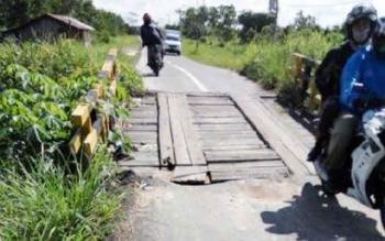 Jembatan penghubung dari Pangkalan Bun menuju Karang Anyar hingga ke Desa Tanjung Putri ini kondisinya sangat membahayakan apalagi pada malam hari di sepanjang Jalan Sudirman ini tak ada penerangan jalan.