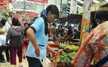 Petugas kebersihan di Pasar Kahayan sedang melakukan tugasnya. Rencananya pasar yang dikelola pemerintah ini akan direnovasi di tahun 2018.