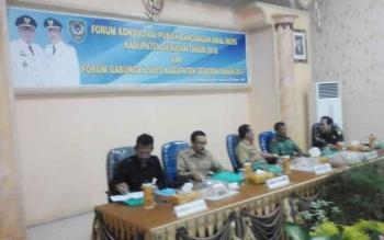 Sekretaris Daerah Seruyan Haryono (tengah) saat memimpin rapat forum konsultasi publik rancangan awal RKPD Kabupaten Seruyan tahun 2018