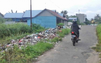 Tumpukan sampah di Jalan Patimura Gang Swadaya, Kuala Pembuang yang tak pernah lagi terangkut petugas kebersihan. Dimana sampah tersebut meluber hingga ke terpian sungai yang berada disekitarnya.