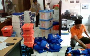 Petugas BPBD Kotawaringin Barat mengecek bantuan logistik untuk korban banjir di Kecamatan Arut Utara.