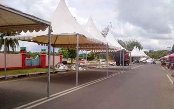 Sebagian tenda tempat pameran buku sudah berdiri di Taman Iring Witu, Buntok, Kabupaten Barito Selatan, Selasa (28/2/2017).