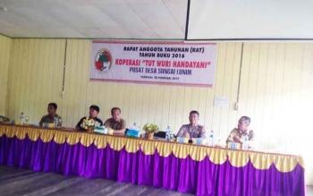 Rapat Anggota Tahunan (RAT) Koperasi Tut Wuri Handayani di Aula Kantor Desa Sungai Lunuk, Kecamatan Tanah Siang, Selasa (28/2).