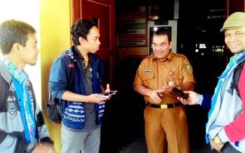 Aratuni D Djaban, Kadisperindag Kota Palangka Ray saat diwawancarai wartawan, Selasa(28/2/2017)