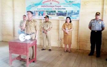 Ketua BNK yang juga Wakil Bupati Katingan Sakariyas saat melakukan sosialisasi bahaya narkoba dihadapan ratusan pelajar SMP Negeri 2 Katingan Tengah di Tumbang Samba, Selasa (28/2/2017)