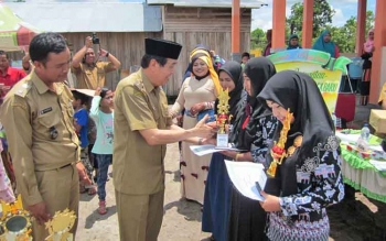Wakil Bupati Kotim Taufiq Mukri sedang menyerahkan piala dan piagam kepada pemenang lomba di Desa Telaga Baru, Selasa (28/2/2017).