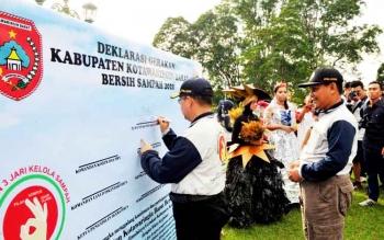 Pejabat Bupati Kotawaringin Barat Nurul Edy menandatangani deklarasi