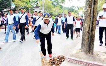 Pejabat Bupati Kotawaringin Barat Nurul Edy turut membersihkan sampah di jalur CFD Pangkalan Bun