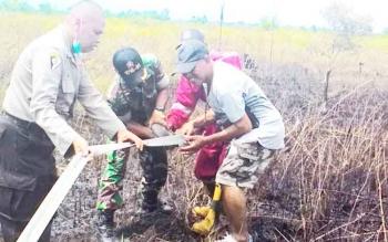 Aparat TNI, Polri bersama tim Satgas Karhutla memadamkan kebakaran lahan di Palangka Raya beberapa waktu lalu.