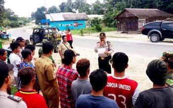 Kapolsek Sukamara, Iptu A Syaukani menyosialisasikan isi maklumat Kapolda Kalteng kepada masyarakat.