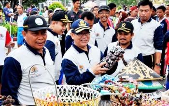 Pejabat Bupati Kabupaten Kotawaringin Barat terkesan dengan hasil kreatifitas dari plastik bekas.