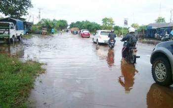 Air Luapan Selokan Genangi Sejumlah Titik di Jalan Jenderal Sudirman