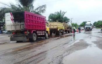 Antrean panjang kendaraan di Jalan Jenderal Sudirman km 4 Sampit - Pangkalan Bun yang terendam banjir, Rabu (1/3/2017)