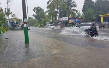Jalan Seth Aji yang terendam akibat luapan dari drainase yang tidak sanggup menampung debit air