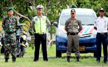 Masing-masing petugas perwakilan dari Polres Seruyan, TNI, Dinas Perhubungan dan Pemadam Kebakaran berjejer bersama mengikuti jalannya apel gelar pasukan Operasi Simpatik Telabang 2017, di halaman Mapolres Seruyan, Rabu (1/3/2017).