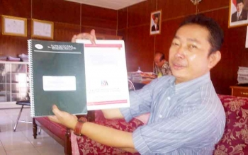 Komisioner KPU Kabupaten Barito Selatan Bahruddin menunjukan hasil audit akuntan publik dana kampanye pasangan calon bupati dan wakil bupati peserta pilkada 2017, Rabu (1/3).