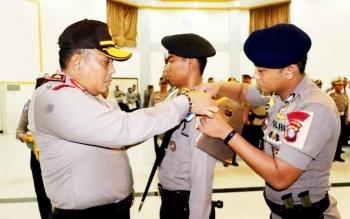 Kapolda Kalteng Brigjen Anang Revandoko menyematkan pita kepada personil yang akan mengikuti Opersi Simpatik Telabang, Rabu (1/3/2017)