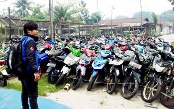 Sejumlah kendaraan yang digunakan pemiliknya untuk balap liar saat diparkir di Satlantas Polres Kotim setelah terjaring razia.