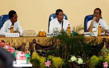 Bupati Seruyan Sudarsono (tengah) saat menyampaikan perihal kesulitan petani ladang di wilayah hulu Kabupaten Seruyan untuk bercocok tanam tahun ini, saat melakukan pertemuan bersama kepala SKPD dan camat, di aula Bappeda, Rabu (1/3/2017).