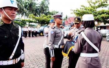 Waka Polres Barito Utara, Komol Witdiardi menyematkan pita Operasi Simpatik.