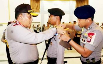 Kapolda Kalteng Brigadir Jenderal Anang Revandoko menyematkan pita tanda dimulainya Operasi Simpatik Telabang 2017