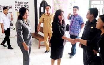 Wakil Ketua DPRD Gumas Ristawati T Alang bersama anggota DPRD Lily Rusnikasi dan Herbert Y Asin memantau Puskesmas Desa Tewang Pajangan, Kecamatan Kurun, Selasa (28/2/2017).