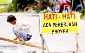 Seorang pekerja sibuk menyelesaikan pembangunan jalan di Kabupaten Kobar, belum lama ini. Kepala Dinas PUPR Kobar meminta masyarakat mendukung seluruh pembangunan yang dilaksanakan pemerintah.