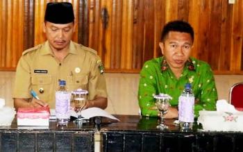 Wakil Bupati Sukamara Windu Subagio (kiri) dan Ketua DPRD Kabupaten Sukamara Edy Alrusnadi.