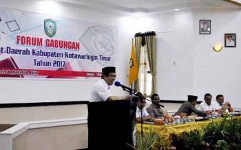 Wakil Bupati Taufiq Mukri saat menyampaikan sambutannya pada Forum Gabungan Perangkat Daerah Kotawaringin Timur di Aula Sei Mentaya Badan Perencanaan Pembangunan Daerah (Bappeda), Rabu (01/03/17).