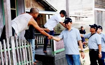 Buati Barito Utara, Nadalsyah saat berkjabat tangan dengan masyarakat Desa Muara Pari, Kecamatan Lahei.