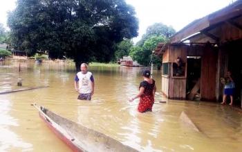 Warga Pangkut masih bertahan di rumah ya meski air sudah mulai merendam dengan ketinggian 80 cm pada Sabtu (25/2/2017).