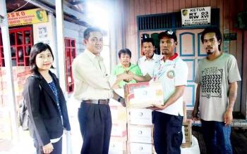 Edwin Marwansyah, Bagian Program Sosial Bank Indonesia Kalteng menyerahkan bantuan, Rabu (1/3/2017)