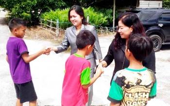 Wakil Ketua II DPRD Gunung Mas Ristawati T Alang dan anggota DPRD Lily Rusnikasi bersalaman anak-anak Desa Tewang Pajangan, Kecamatan Kurun, Selasa (28/2/2017).