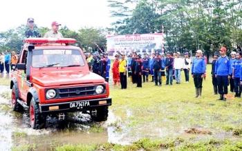 Bupati Kapuas Ben Brahim S Bahat memeriksa pasukan sebelum Apel Siaga Darurat Karhutla di lapangan Olahraga Panunjung Tarung, Kuala Kapuas, Rabu (1/3/2017).