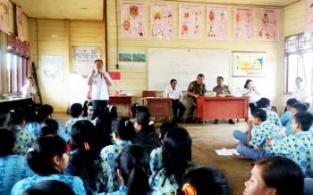 Wakil Bupati Sakariyas yang juga Ketua BNK Katingan saat memberikan sosialisasi bahaya narkoba di SMA Nwgeri Tumbang Manggu Kecamatan Sanaman Mantikei, Rabu (1/3/2017).