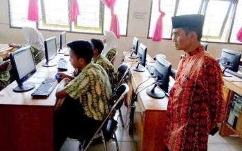 Sejumlah siswa MTS di Palangka Raya saat mengikuti simulasi Ujian Nasional Berbasis Komputer (UNBK) baru-baru ini.