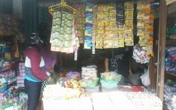 Salah satu warung sembako di Pasar Kasongan.