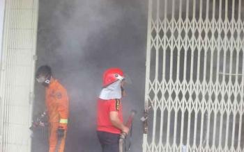 Pekatnya asap di ruang genset sempat menyulitkan petugas kebakaran memadamkan api.